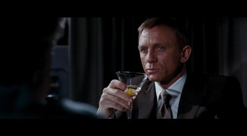 James Bond con un Martini Seco