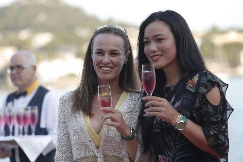Martina Hingis bebiendo (aunque no es un Martini)